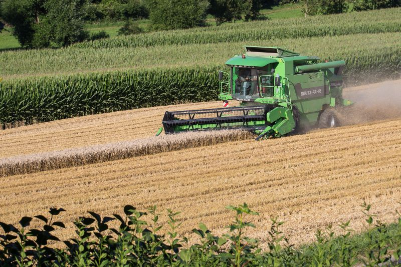 combine-harvester-1563393_1920